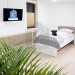 Monteurzimmer K3 Sinsheim - Dreibettzimmer mit SMART TV  und Plissee